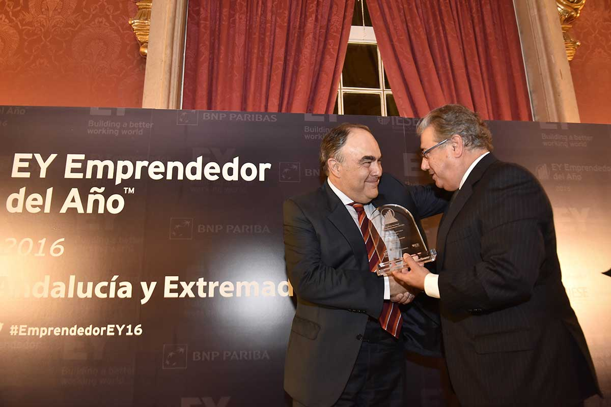 EY - Recoge el premio Antonio Luque Luque de manos del ministro de Interior, Juan Ignacio Zoido